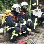 Bereitschaft eines Sicherungstrupps bei einem Gebäudebrand