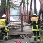 Brand von Holzbohlen auf einer ehemaligen Bahnbrücke