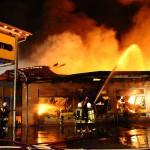 Brand eines Supermarktes in voller Ausdehnung